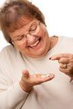 Счастливые старшие пилюльки женщины и лекарства стоковое изображение