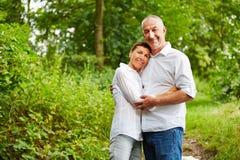Счастливые старшие люди совместно в лесе Стоковые Изображения