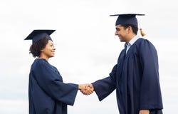 Счастливые студенты или холостякы приветствуя один другого Стоковая Фотография