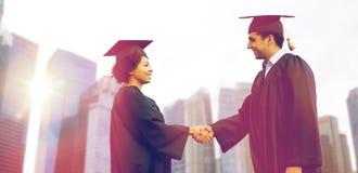 Счастливые студенты или холостякы приветствуя один другого Стоковые Фото