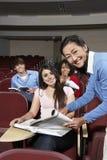 Счастливые студенты с учителем в классе стоковое фото