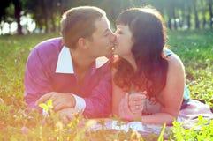 Счастливые супруг и жена пар в природе Стоковая Фотография RF