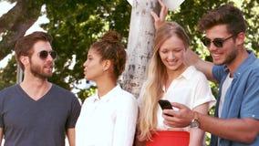 Счастливые тазобедренные друзья обсуждая сток-видео