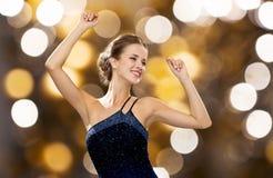 Счастливые танцы женщины с поднятыми руками над светами Стоковое Фото