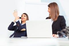 Счастливые творческие женщины говоря на офисе Стоковая Фотография