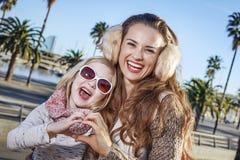 Счастливые туристы матери и ребенка показывая сердце сформировали руки Стоковое фото RF