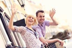 Счастливые туристы развевая к камере стоковое фото rf