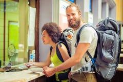 Счастливые туристы с билетами Стоковые Изображения