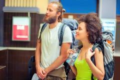 Счастливые туристы с билетами Стоковое фото RF