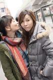 Счастливые усмехаясь азиатские женщины в городе Стоковые Фото