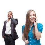 Счастливые усмехаясь бизнесмены вызывая мобильным телефоном стоковое изображение