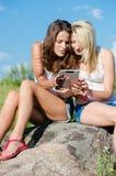 Счастливые усмехаясь девушки и планшет Стоковое фото RF