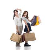 Счастливые усмехаясь девушки покупок Стоковая Фотография RF