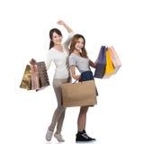 Счастливые усмехаясь девушки покупок Стоковые Фото