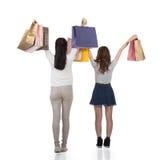 Счастливые усмехаясь девушки покупок Стоковые Изображения