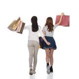 Счастливые усмехаясь девушки покупок Стоковое Фото