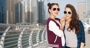 Счастливые усмехаясь милые девочка-подростки в солнечных очках Стоковые Изображения RF