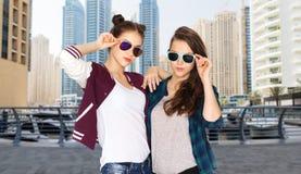 Счастливые усмехаясь милые девочка-подростки в солнечных очках Стоковое Изображение