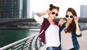 Счастливые усмехаясь милые девочка-подростки в солнечных очках Стоковые Фотографии RF