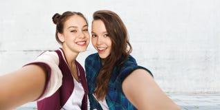 Счастливые усмехаясь милые девочка-подростки принимая selfie стоковое изображение rf