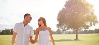 Счастливые усмехаясь пары идя над парком лета Стоковая Фотография RF