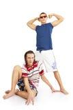 Счастливые усмехаясь сильные пары в одеждах пляжа Стоковые Фотографии RF