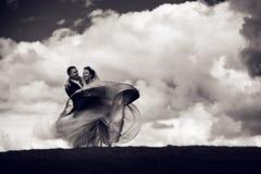 Счастливые усмехаясь groom и невеста идут кругом стоковое фото rf