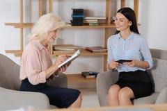 Счастливые услаженные женщины обсуждая их проект Стоковое Изображение RF