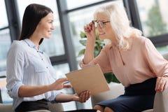 Счастливые услаженные женщины обсуждая новые идеи Стоковое Изображение