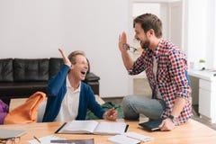 Счастливые услаженные люди давая высокие 5 стоковое фото rf