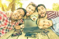 Счастливые лучшие други принимая смешное selfie outdoors Стоковая Фотография RF