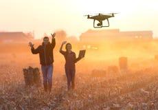 Счастливые фермеры развевая руки к трутню Стоковое Изображение RF