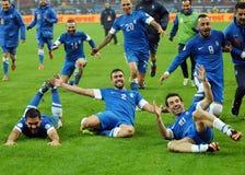 Счастливые футболисты празднуют квалифицировать к кубку мира 2014 ФИФА Стоковое Изображение
