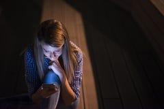Счастливые хорошие новости чтения женщины красоты на smartphone Стоковое Изображение RF