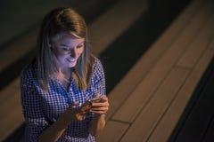 Счастливые хорошие новости чтения женщины красоты на smartphone Стоковые Фотографии RF