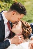 Счастливые чувственные groom и невеста на природе на солнечном дне Стоковые Изображения RF