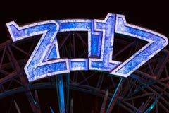 Счастливые электрические лампочки Нового Года 2017, неоновая предпосылка Дизайн календаря Синь освещает металлические номера Стоковая Фотография
