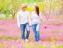 Счастливые любовники идя outdoors Стоковое Фото