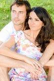 Счастливые любящие молодые пары outdoors ослабляя стоковые изображения rf