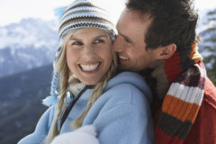 Счастливые любящие пары в теплой одежде стоковое изображение