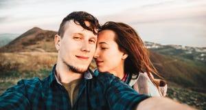Счастливые любящие пары принимая автопортрет внешний Стоковые Фотографии RF