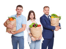 Счастливые люди держат сумки с здоровой едой, покупателей бакалеи Стоковое Изображение