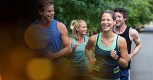 Счастливые люди и женщины jogging на улице Стоковое Изображение RF