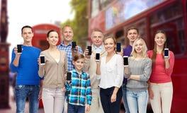 Счастливые люди с smartphones над городом Лондона Стоковые Фотографии RF