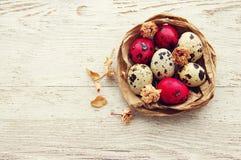 Счастливые яичка пасхи красные в декоративном гнезде Стоковое Изображение RF