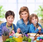 Счастливые яичка расцветки семьи стоковое изображение