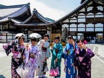 Счастливые японские девушки в кимоно Стоковое Изображение
