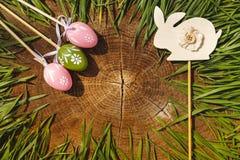 Счастливые eags пасхи искусственные с backgroung кролика деревянным Стоковое фото RF