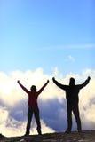 Счастливые hikers достигая цель жизни - людей успеха стоковая фотография