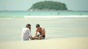 Счастливые maried взрослые пары имея потеху и играя на море сток-видео